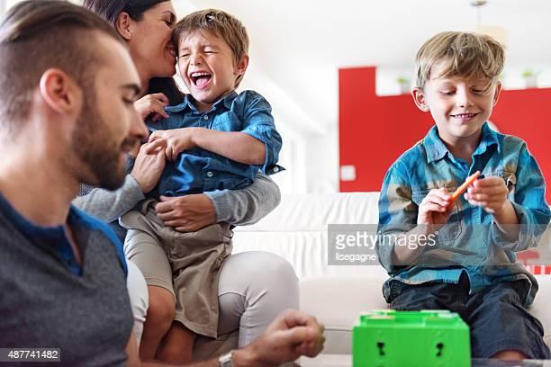 Famiglia giocando