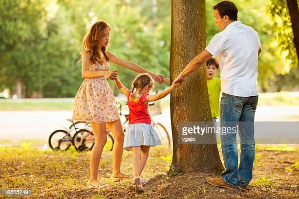 Famille jouant autour de l'arbre.