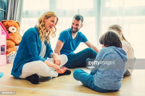 Familie spielen Brettspiel zu Hause