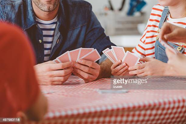 Familie beim Kartenspiel