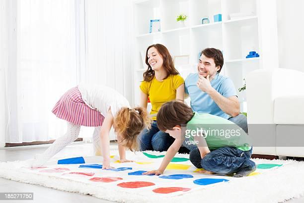 Famiglia giocando piano di gioco.