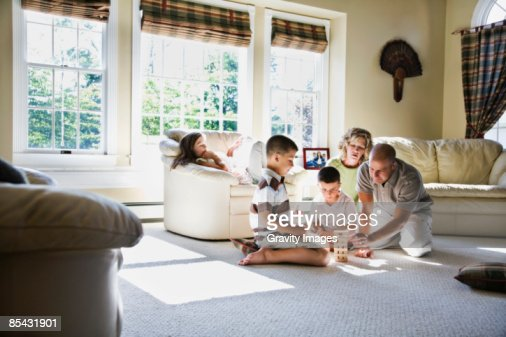 Family playing game in living room : Foto de stock