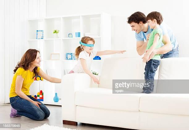 Famille jouant Cache-cache.