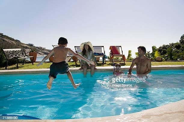 Famille jouant dans la piscine