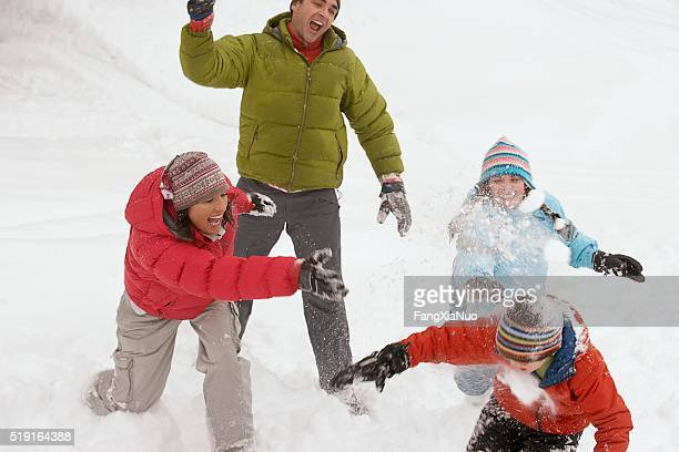 Familie im Schnee spielen