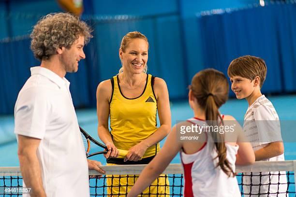 Família Jogando Indoor Tennis
