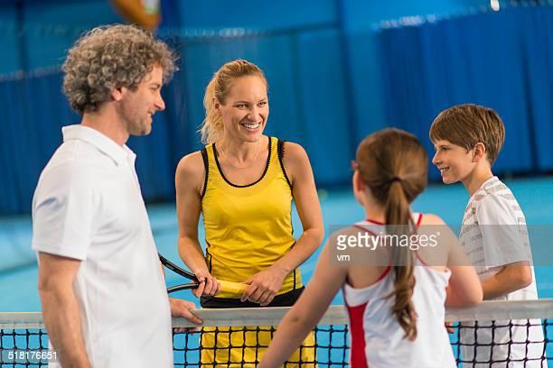 Família Jogar numa superfície de pavilhão de Ténis