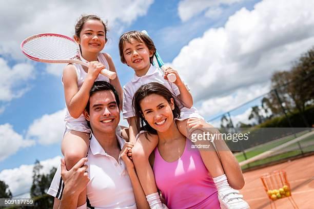 Familia jugando al tenis