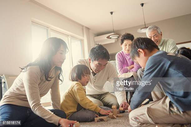 自宅で一緒に遊ぶ家族
