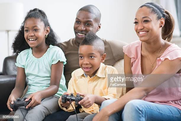 Familie zusammen spielen von Videospielen