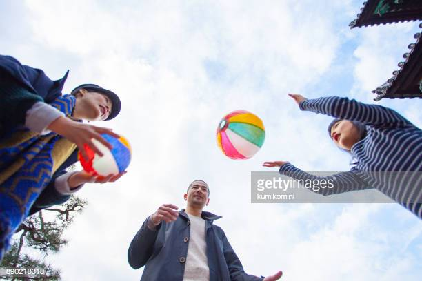 紙風船で遊ぶ家族