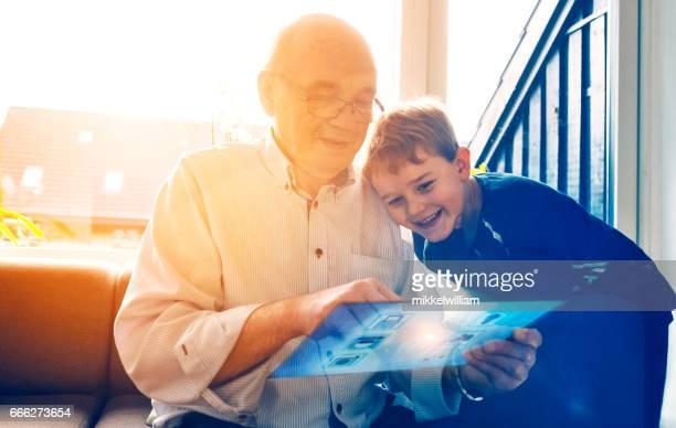 Familie spielt mit digital-Tablette Verbindung zum Internet der Dinge