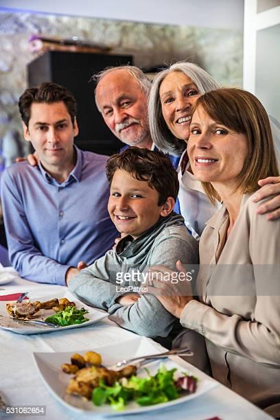 portrait de famille à déjeuner-tous ensemble des célébrations