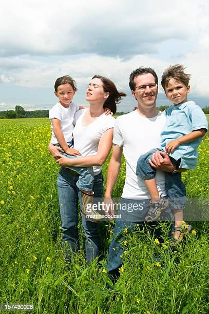 Familien portrait in einen Senfpflanzenfeld.