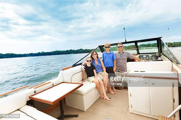 Familien Portrait auf dem Boot in Lake
