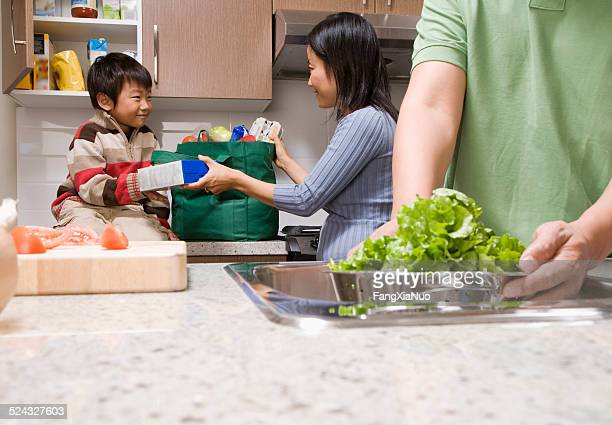 Familie, die Zubereitung von Speisen in der Küche