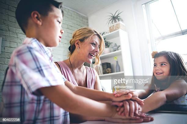 Familie setzen Hände zusammen