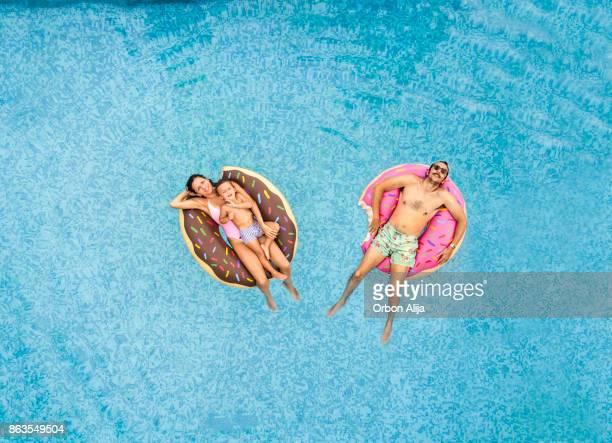 Familie entspannen am pool