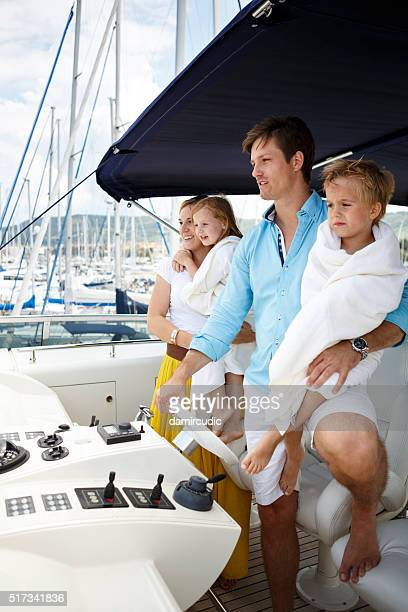 Famille relaxant sur un yacht pour les vacances