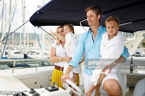 Família relaxante no Iate de Feriados