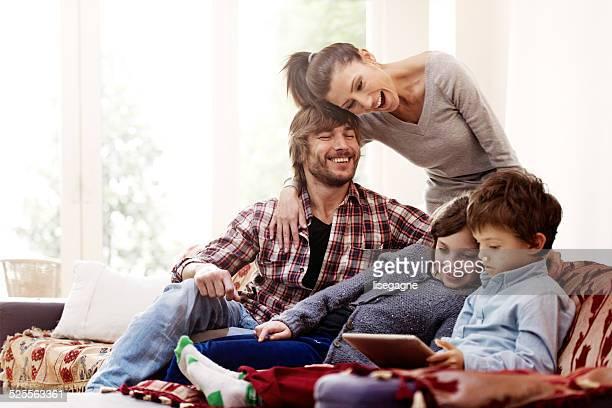 Familie entspannen und spielen mit digitalen tablet