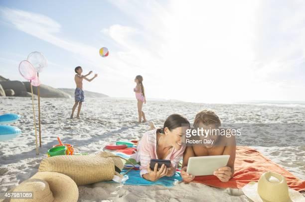 Famille détente ensemble sur la plage