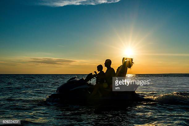 Famille prendre un vol en bateau au coucher du soleil