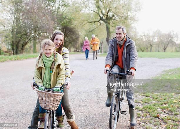 Famille bicyclettes d'équitation dans le parc