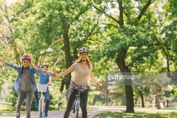 Familie Roller skating und Fahrrad