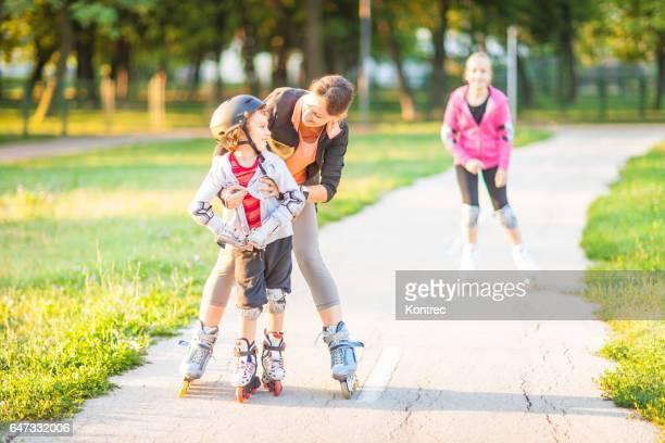 Familie Rollerblading in einem park