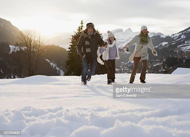 家族の屋外でのランニングで雪