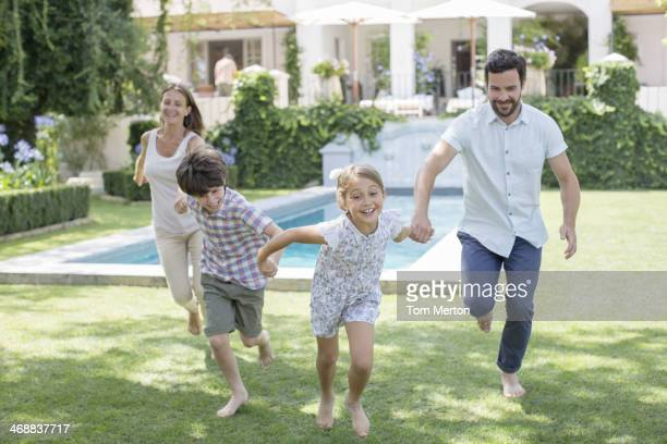 Famiglia in esecuzione insieme in cortile