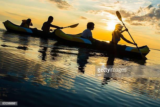 Familie auf dem Meer bei Sonnenuntergang