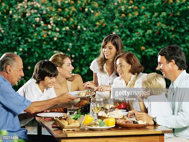 Famiglia condividere il pasto all'aria aperta
