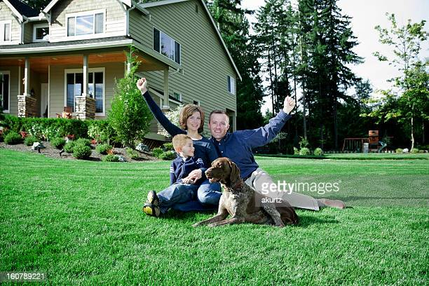 Família sentada na frente quintal em casa com Cachorro