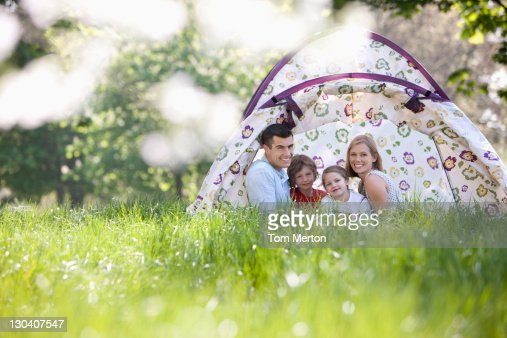 に座る家族のテント公園 : ストックフォト