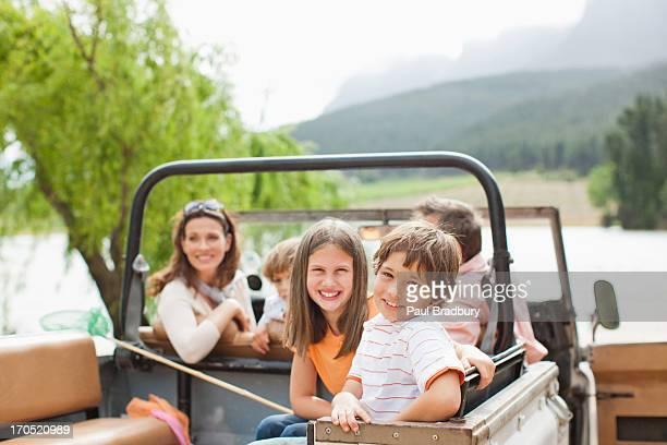車両に座る家族