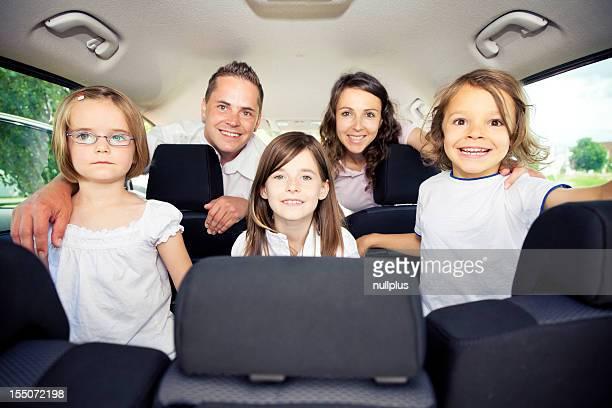 Famille assis à l'intérieur de sa voiture