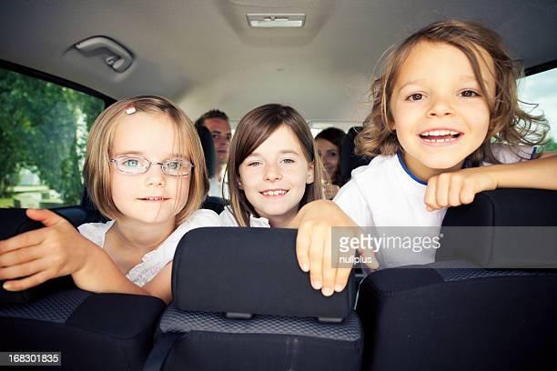 Família sentado dentro de seu carro