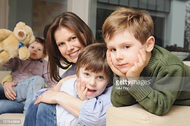 Famille assis sur le canapé ensemble