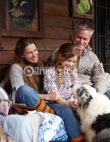 famille assis sur le porche de la maison de campagne photo thinkstock. Black Bedroom Furniture Sets. Home Design Ideas