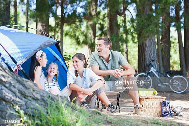 ファミリーラウンジの屋外テントでキャンプ場