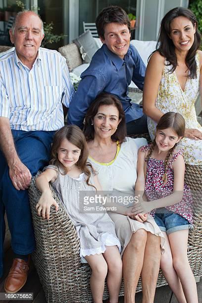 Familie sitzen zusammen auf der Terrasse