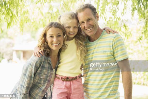 Famiglia sorridente insieme all'aperto