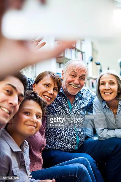 Famille, passer du temps ensemble après le déjeuner du dimanche sur le lit