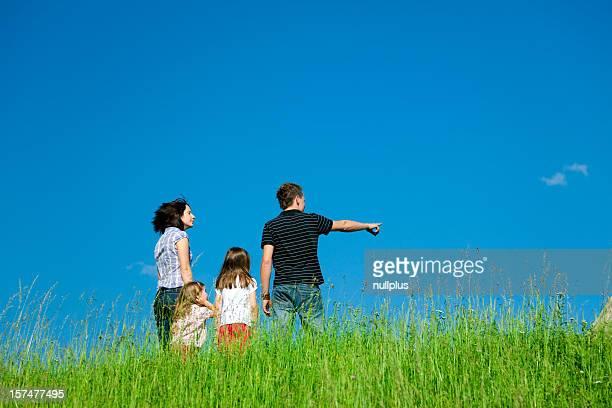 Familie stehen oben auf einem Hügel