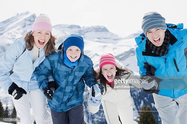 家族の独立した屋外の雪