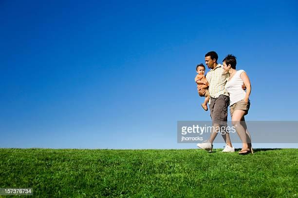 Familie einen Spaziergang im Park