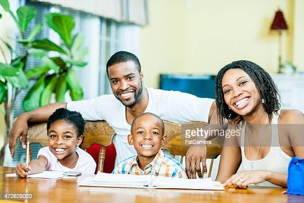 Famille étudient ensemble et posant pour la photo