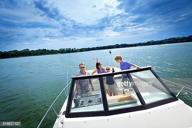 Familia paseos en bote en el lago de verano